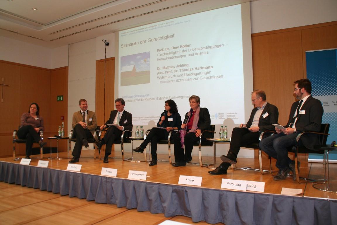 Das Podium, moderiert von Silke Franke, zuständige Referatsleiterin in der Hanns-Seidel-Stiftung