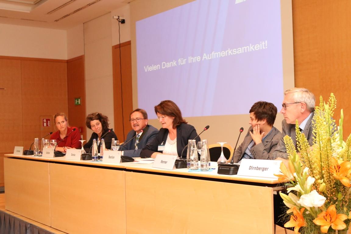 Stellten aktuelle Forschungs- und Praxisprojekte vor: Schreiber, Gollner, Moderatorin Bastian, Renner, Dirnberger