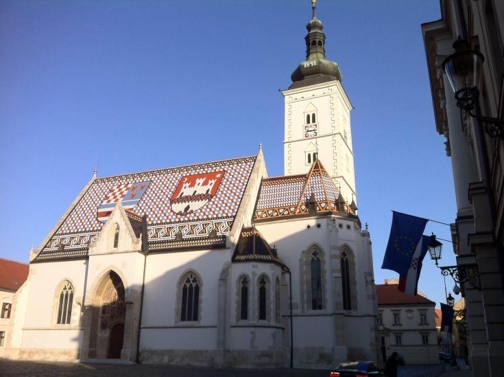 Eine hübsche Kirche mit verziertem Dach